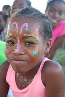 Séance de maquillage pour les Enfants de Salary Bay