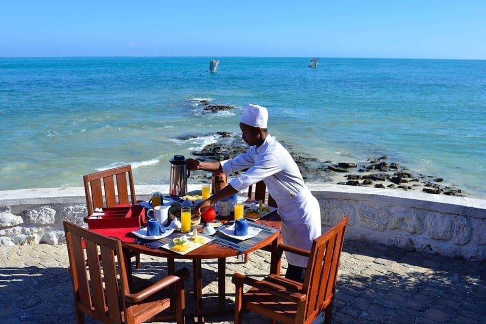 Pétit déjeuner sur la terasse de l'Hotel Salary Bay